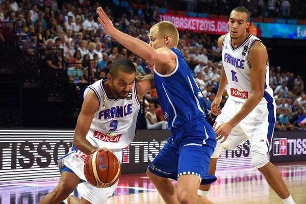 Le basketteur français Tony Parker (à gauche) et son compatriote Rudy Gobert face au Finlandais Sasu Salin (au centre) lors du match de qualification du groupe A, samedi soir pour l'EuroBasket 2015 à Montpellier.