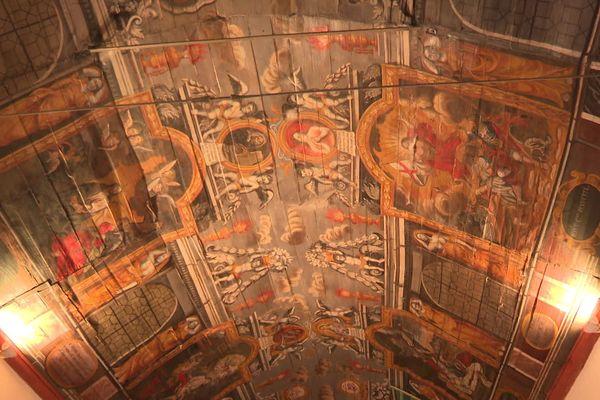 La voûte en bois de la chapelle Sainte-Suzanne de Guerlédan arbore de somptueuses peintures, qui s'abîment à cause de la dégradation de la charpente.