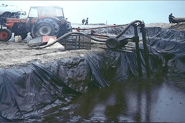 Le fuel a été pompé au plus vite, stocké provisoirement sur le littoral avant d'etre envoyé par camion  vers la zone de collecte du port de brest