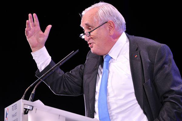 Jean-Pierre Raffarin à la tribune, lors d'un meeting pour l'élection présidentielle à Chasseneuil-du-Poitou en février 2017
