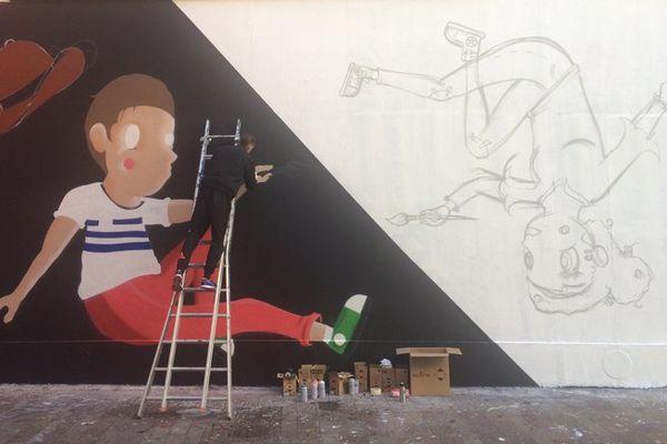 Le graffeur Grégoire Mémo Reaze en pleine création sur le mur de la Rue de la Moselle à Mulhouse