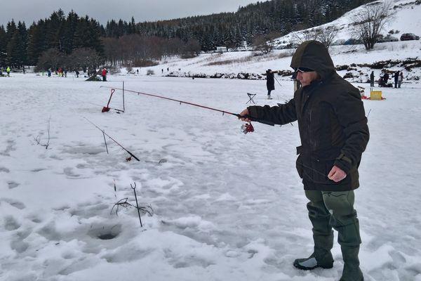 Après deux années blanches, la traditionnelle journée de pêche au trou sur le lac de Guéry (Puy-de-Dôme) a pu avoir lieu.