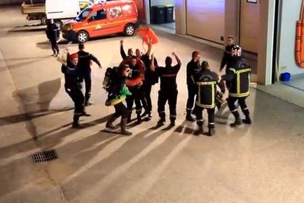 Les pompiers de la caserne d'Auxonne n'ont pas hésité à se mettre en scène pour inciter le public à participer au Téléthon 2013.