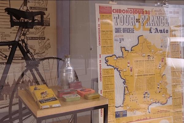 """La vitrine d'un grand magasin du centre-ville de Limoges décorée avec des objets """"Tour de France"""""""