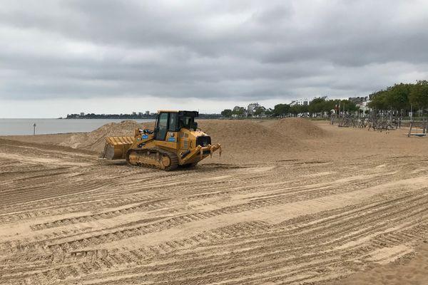 Le bulldozer était à l'œuvre ce jeudi pour défaire les merlons de protection du remblai.