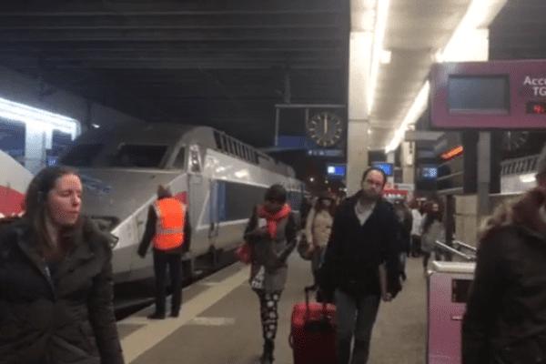 L'arrivée des voyageurs en gare de Rennes, à 4h30 ce samedi matin