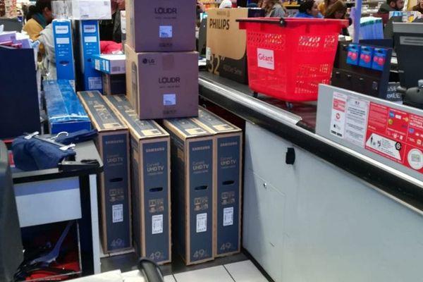 Une véritable cohue aux caisses avec une razzia sur des téléviseurs à prix plus que soldés