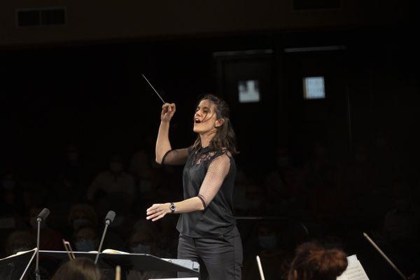 Elle a trente ans et elle est à une marche d'être la première Française à remporter le prestigieux Concours International de jeunes chefs d'orchestre de Besançon.