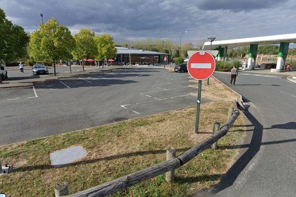 """La station service de l'aire de repos """"Le jardin des arbres"""" sur l'A77 se trouve à plusieurs dizaines de mètres du parking des poids-lourds."""