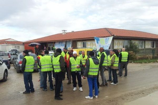 Les compagnons bloquent l'accès de la communauté de St Aunès le 7 février 2014