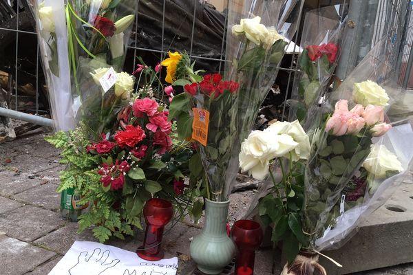 Des fleurs devant l'immeuble sinistré