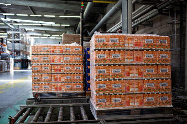 Les briques prêtes à être chargées dans les 25 camions qui livreront les différents sites français des Banques Alimentaires