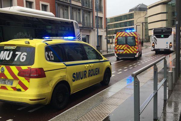 Samu et ambulance des pompiers en route vers les urgences du CHU de Rouen