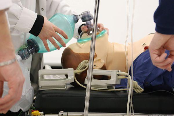 Sept infirmières du CHRU révisent et consolident leurs connaissances en réanimation pour être opérationnelles en 3 jours.