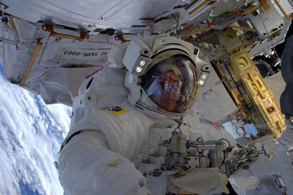 Photo prise lors de l'une des sorties extra-véhiculaires réalisées pendant le mission de 2017. Les deux sorties de la mission 2021, le 16 et le 20 juin, ont pour objectif le déploiement de panneaux solaires et leur installation sur l'ISS.