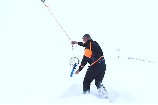 La charge explosive destinée à déclencher les avalanches et les coulées de neige avant l'arrivée des skieurs sur les pistes