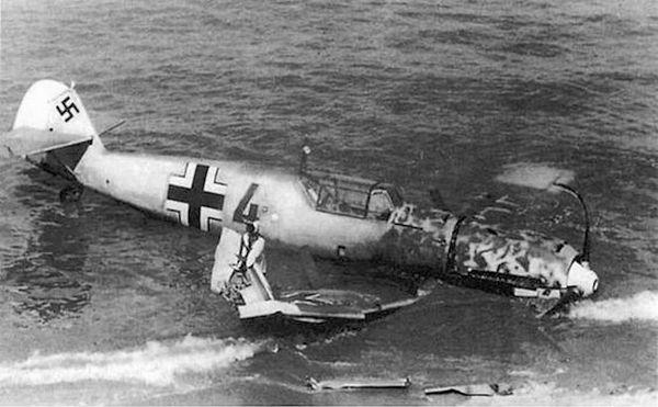 Un Messerschmitt Bf109 échoué sur une plage de la Manche pendant la Bataille d'Angleterre.