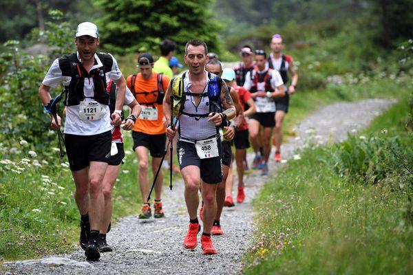 Le marathon du Mont Blanc, une course rude et rapide à 2000 m d'altitude sur des sentiers bordés de rhododendrons en fleur
