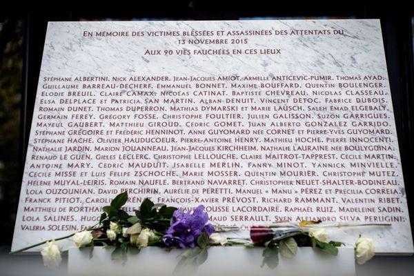 Une plaque commémorative en hommage aux 90 victimes des attentats du 13 novembre 2015 au Bataclan dans le 11e arrondissement de Paris.