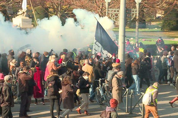 Une manifestation calme d'abord puis dispersée par des gaz lacrymogènes