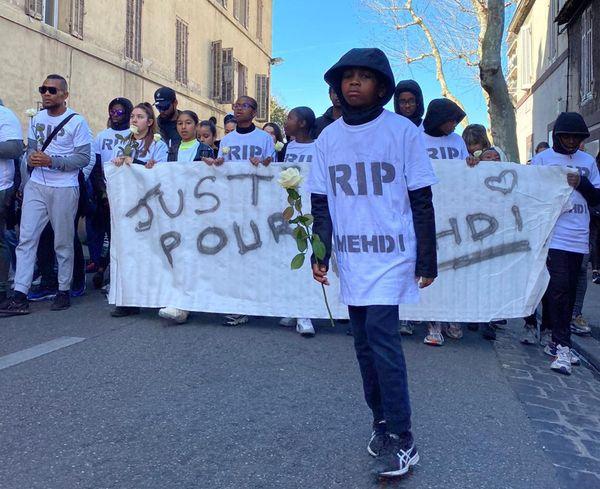 """""""RIP Mehdi""""  ou encore """"Justice pour Mehdi"""" était inscrit sur les banderoles déployées en tête de cortège."""