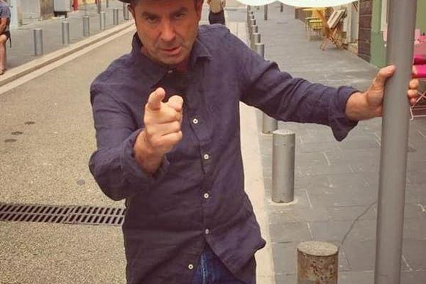 Yves Pujol en tournage dans les rues de Nice. Au fait, vous avez la réponse ?