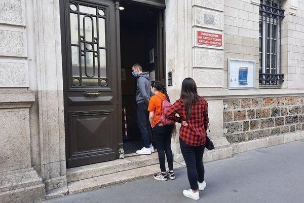 Des élèves du lycée Jean-Lurçat, situé dans le XIIIe arrondissement de Paris, ce mardi midi.