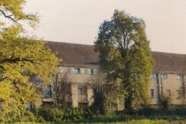 Les HLM Chemetov de Saint-Benoît-du-Sault avant leur destruction.