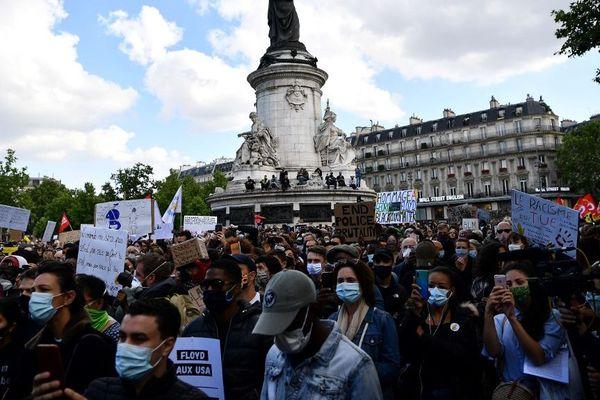 Plusieurs milliers de personnes se sont réunies ce mardi à Paris pour dénoncer le racisme.
