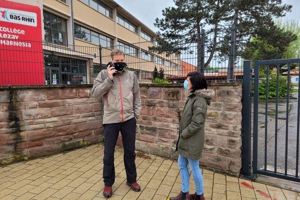 """Deux des enseignants de l'association """"un toit pour nos élèves"""" devant le collège Lezay-Marnésia de Strasbourg"""