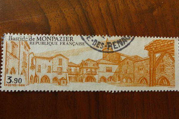 De nombreux timbres représentent des sites périgourdins, ici la bastide de Monpazier.