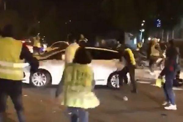 Vers 18h30, un automobiliste a percuté des gilets jaunes au rond point du Grand M pour une raison que l'enquête devra déterminer. Les images sont impressionnantes. Deux personnes ont été blessées.