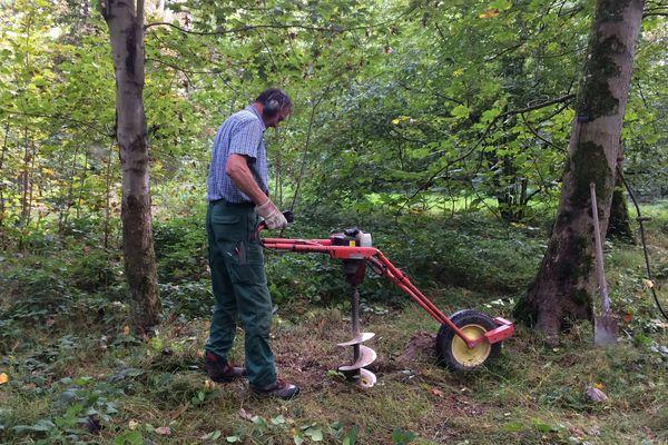 Le trou est foré par un garde-forestier