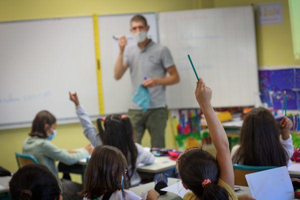 """La pénurie d'enseignants pousse l'éducation nationale à embaucher des contractuels. Ces derniers finissent parfois par """"remplacer"""" les candidats de la liste complémentaire du concours de professeurs des école."""