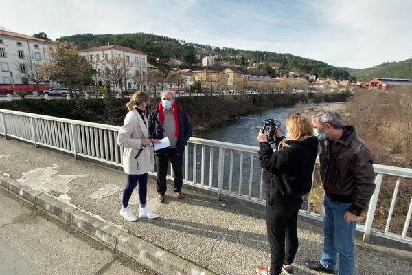 Le tournage du 18.30 RVTC (Rendez-vous en terrain connu) à Bessèges (Gard), avec en fond à droite d'anciennes manufactures.