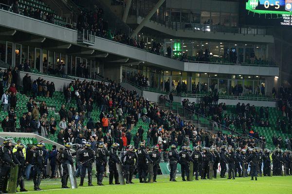 En novembre 2017, le match ASSE-OL avait dû être interrompu et la police avait dû intervenir après l'envahissement de la pelouse de Geoffroy-Guichard par des supporters.