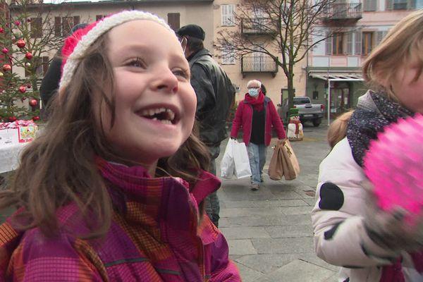 Le sourire d'une enfant du village de La Brigue qui vient de recevoir un panier de Noël.