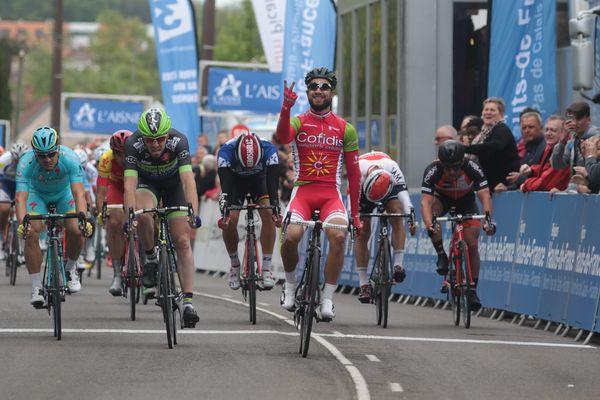 Nacer Bouhanni a terminé la première et la seconde étape du Tour de Picardie en tête, ce qui lui permet de remporter le 70e Tour de Picardie. (Photo : Nacer Bouhanni passe la ligne d'arrivée de la seconde étape).