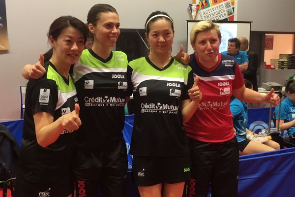 Les nouvelles championnes de France posent après la victoire (Yuan Zheng - Eva Odorova - Jia Nan Yuan - l'entraîneure Laure Le Mallet)