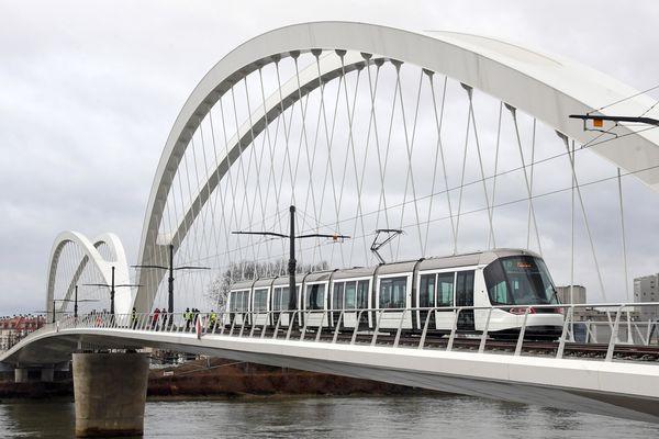 Passage test du tram en février dernier sur le pont du Rhin