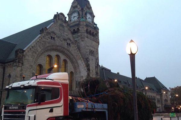 Le sapin est arrivé au petit matin, sur son plateau, devant la gare de Metz, jeudi 29 octobre 2015.