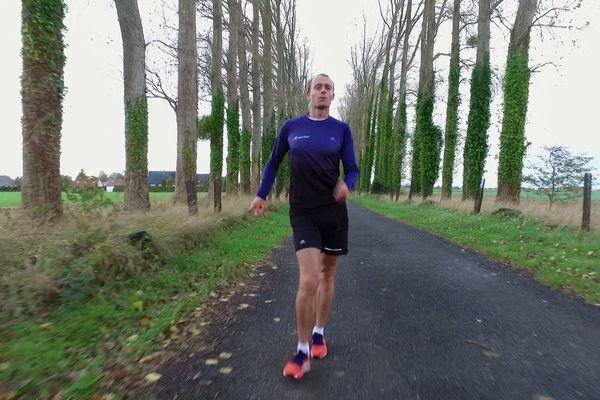 Kevin Campion à l'entrainement à Berneval-le-Grand (Seine-Maritime). On remarque la posture très spécifique des marcheurs.