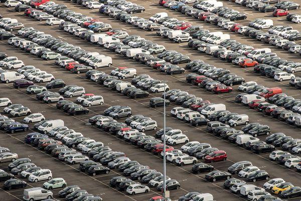 Vue aérienne du parking des voitures neuves 5008 Peugeot de l'usine PSA Peugeot Citroen de la Janais à  Rennes. (Archives)