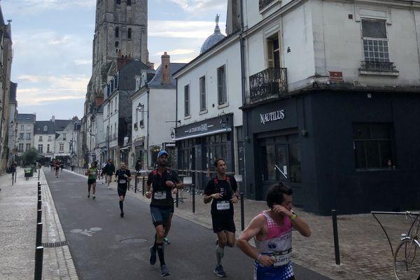 Les marathoniens dans le Vieux Tours, rue de Châteauneuf.