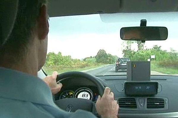 Alès (Gard) - les gendarmes contrôlent la vitesse avec le nouveau radar mobile - octobre 2013.
