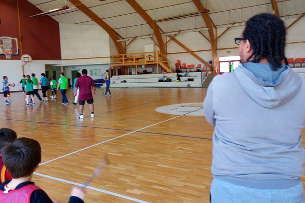"""Medhy Damour supervise ce match """"mixte"""". Milieu ordinaire, sport adapté, il faut effacer les différences et jouer ensemble"""
