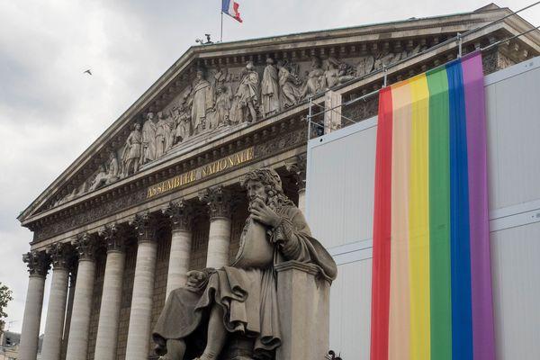 L'Assemblée nationale aux couleurs arc-en-ciel.