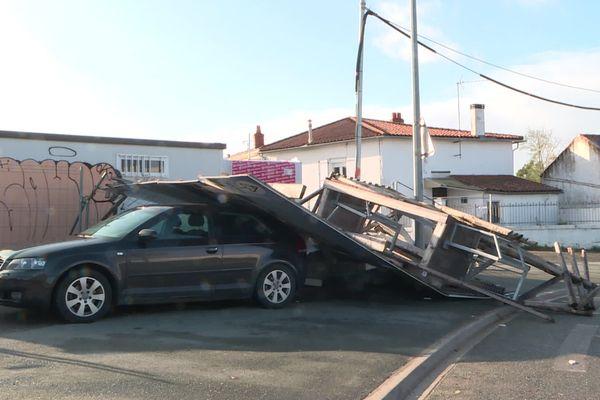 Voiture écrasée sous un échafaudage (pas de victime) - La Rochelle