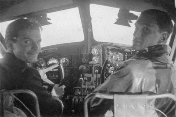 Les pilotes Charles Guérin (à gauche) et René Mouchotte (à droite), photographiés par Henry Lafont, après leur départ d'Oran le 30 juin 1940, dans la cabine de pilotage du Caudron Goéland n° 192, avant leur arrivée à Gibraltar.
