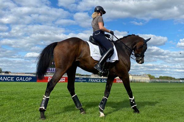 L'un des chevaux de course reconverti et sa cavalière présentés lors de la journée dédiée à la reconversion des chevaux à l'hippodrome de Chantilly dans l'Oise samedi 11 septembre 2021